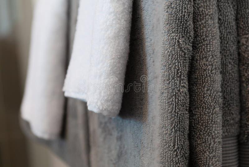 Asciugamani d'attaccatura piegati del corpo fotografia stock