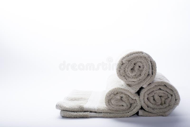 Asciugamani di bagno rotolati immagini stock