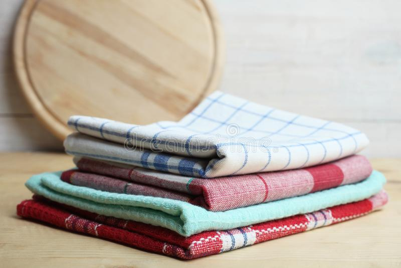 Asciugamani di cucina su una tavola fotografia stock