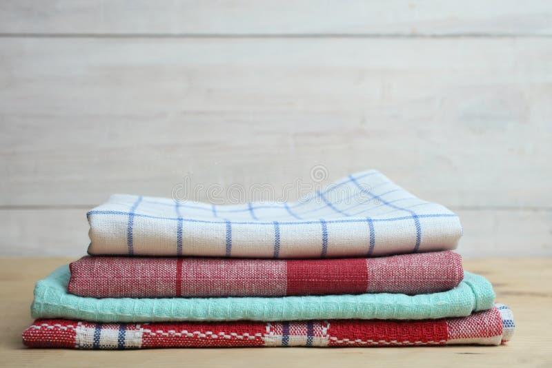 Asciugamani di cucina su una tavola fotografia stock libera da diritti