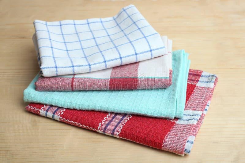 Asciugamani di cucina su una tavola immagine stock libera da diritti