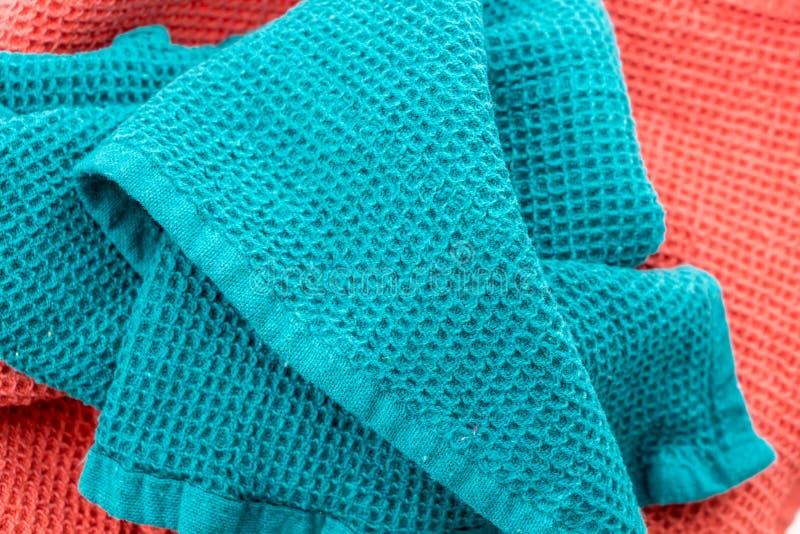 Asciugamani di cucina variopinti sgualciti sudici, primo piano immagine stock libera da diritti