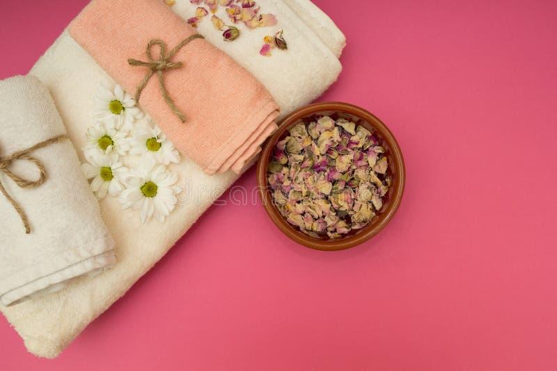 Asciugamani e fiori di lusso della stazione termale fotografia stock libera da diritti