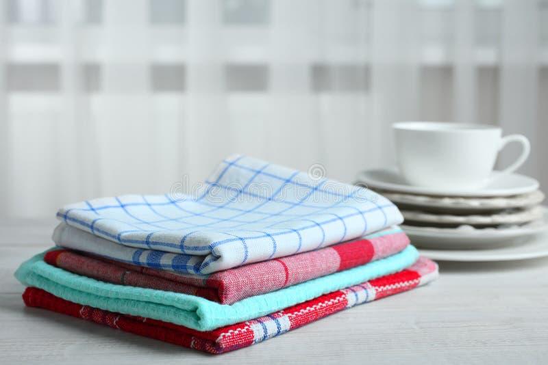 Asciugamani e piatti di cucina immagine stock
