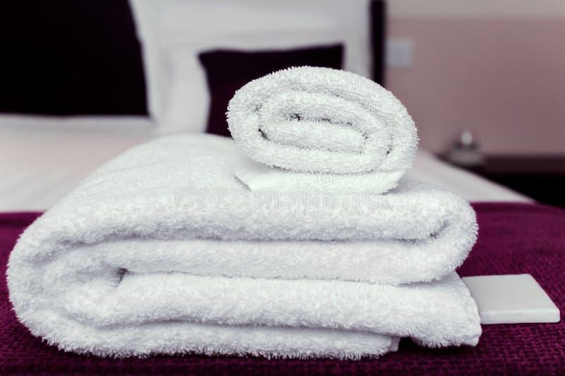 Asciugamani puliti e sapone del primo piano nel concetto di igiene e di ospitalità della camera di albergo immagini stock
