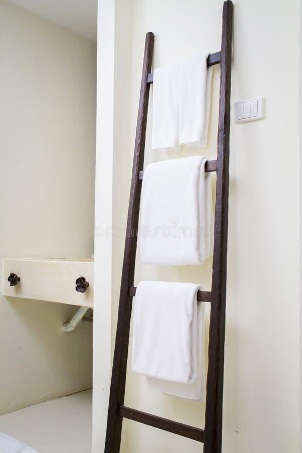Asciugamano bianco della stazione termale fotografie stock libere da diritti