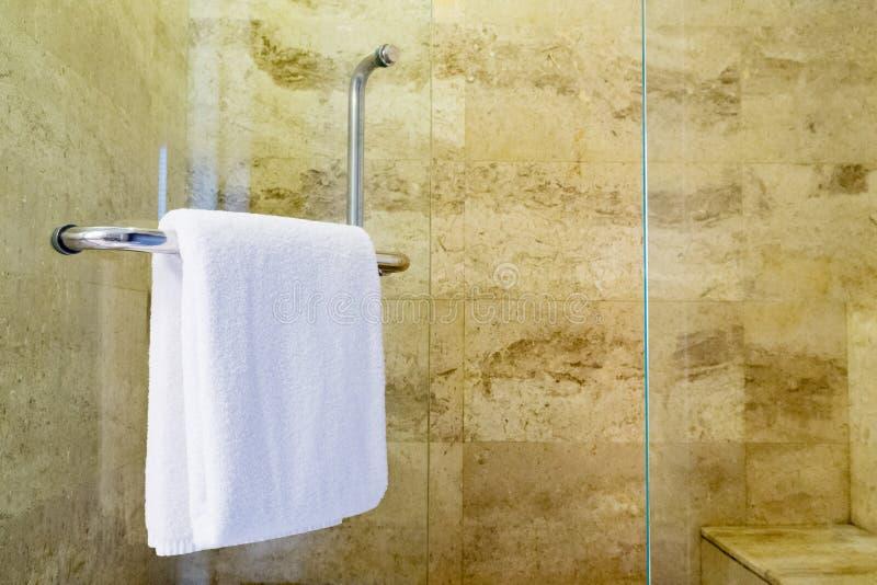 Asciugamano bianco della stazione termale immagine stock