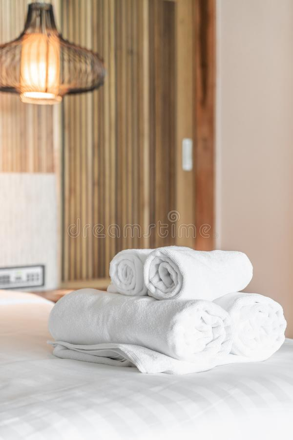 Asciugamano bianco sul letto fotografie stock