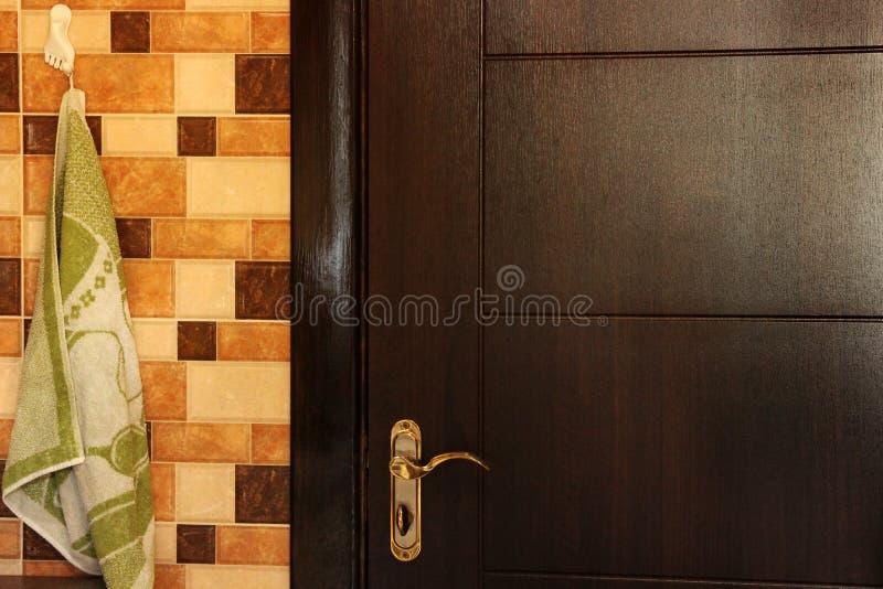 Asciugamano che appende nella cucina Portelli di legno fotografia stock libera da diritti