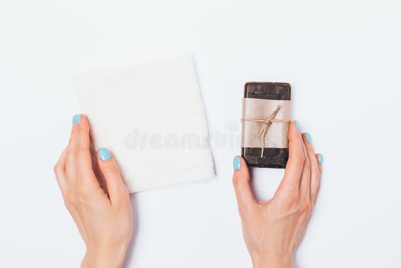 Asciugamano del cotone di Terry della tenuta delle mani della donna immagini stock libere da diritti