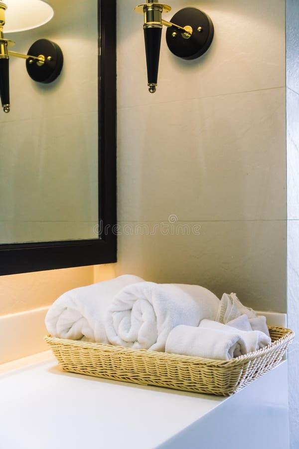 Asciugamano di bagno bianco fotografia stock