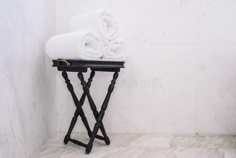 Asciugamano di bagno bianco sulla tavola fotografie stock