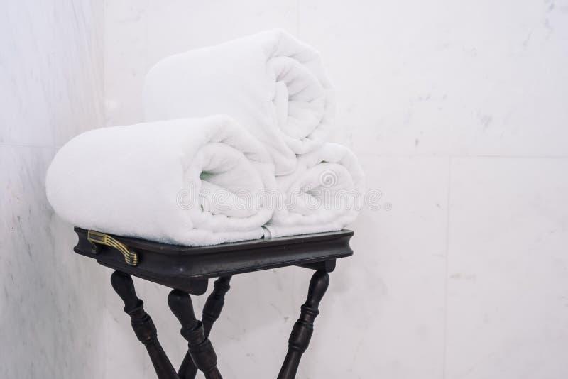 Asciugamano di bagno bianco sulla tavola immagine stock