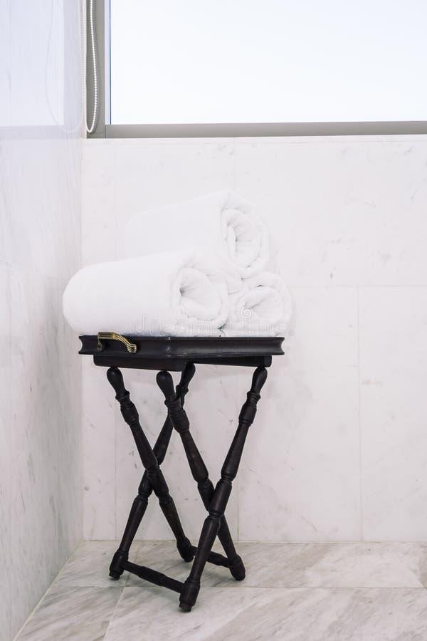 Asciugamano di bagno bianco sulla tavola immagine stock libera da diritti