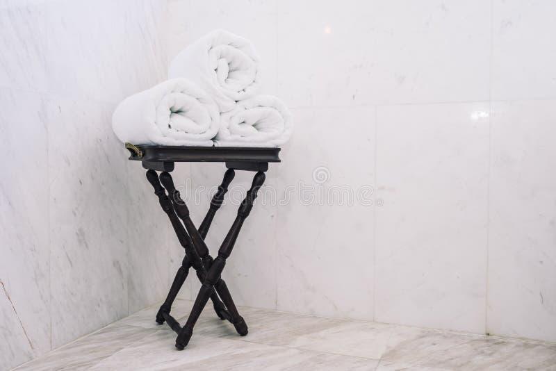 Asciugamano di bagno bianco sulla tavola fotografia stock libera da diritti
