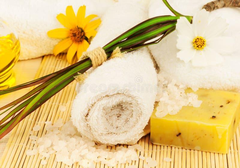 Asciugamano di bagno con il sale e l 39 olio del mare sulla stuoia fotografia stock immagine di - Bagno con sale ...