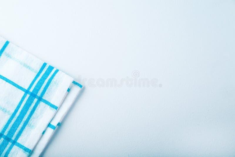 Asciugamano di cucina blu del tessuto rigato su fondo bianco fotografia stock libera da diritti