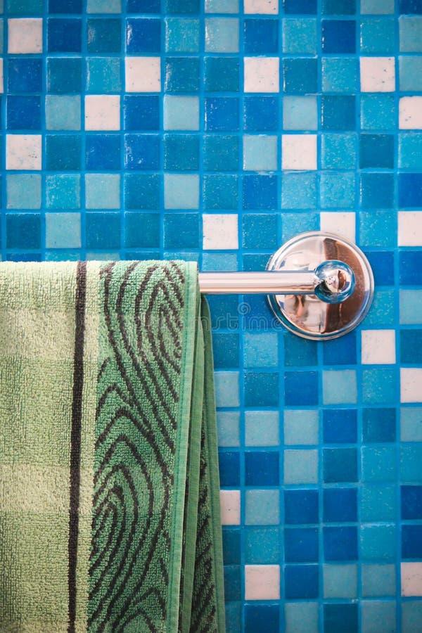 asciugamano impilato del bagno al fondo blu dei quadrati immagine stock