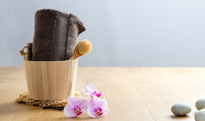 Asciugamano, spazzola, orchidee e ciottoli di zen per la disintossicazione ed il benessere fotografia stock libera da diritti