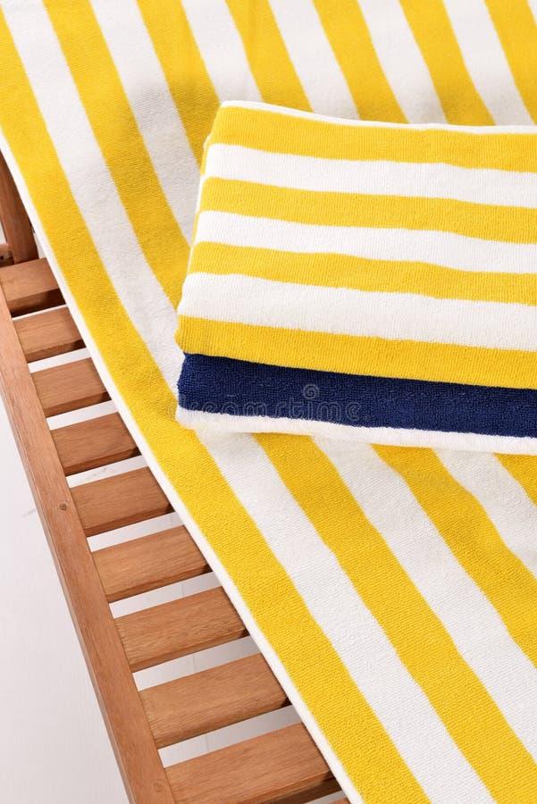 Asciugamano sul lettino fotografia stock