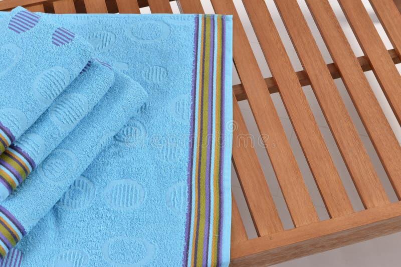 Asciugamano sul lettino immagini stock libere da diritti