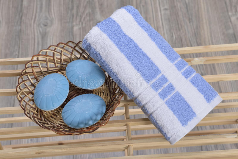 Asciugamano sul lettino immagine stock