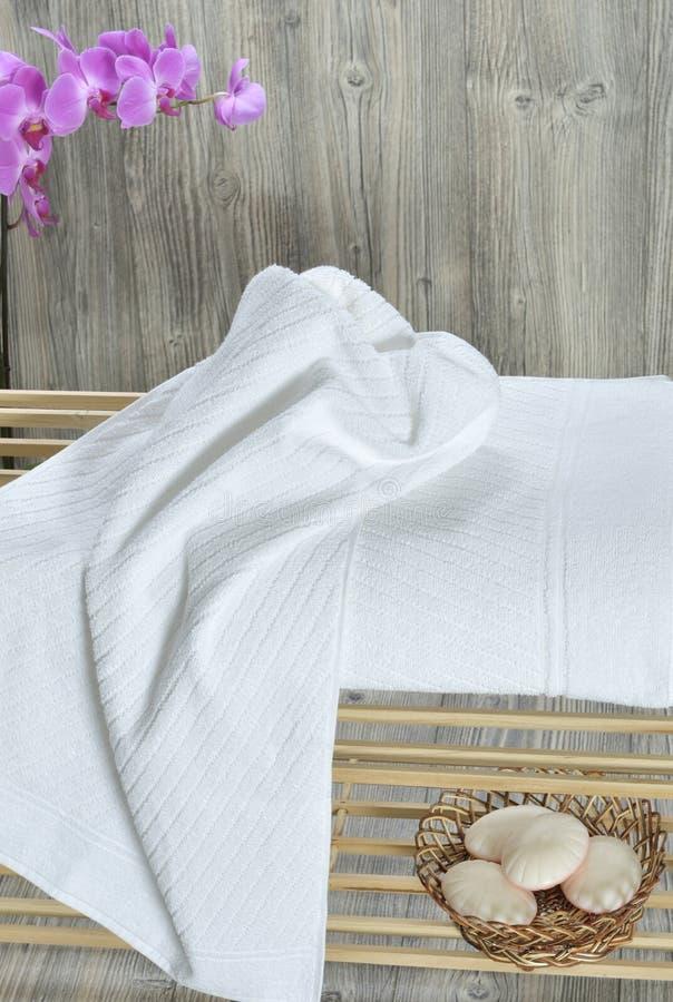 Asciugamano sul lettino fotografie stock