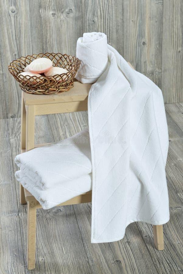Asciugamano sul lettino immagini stock