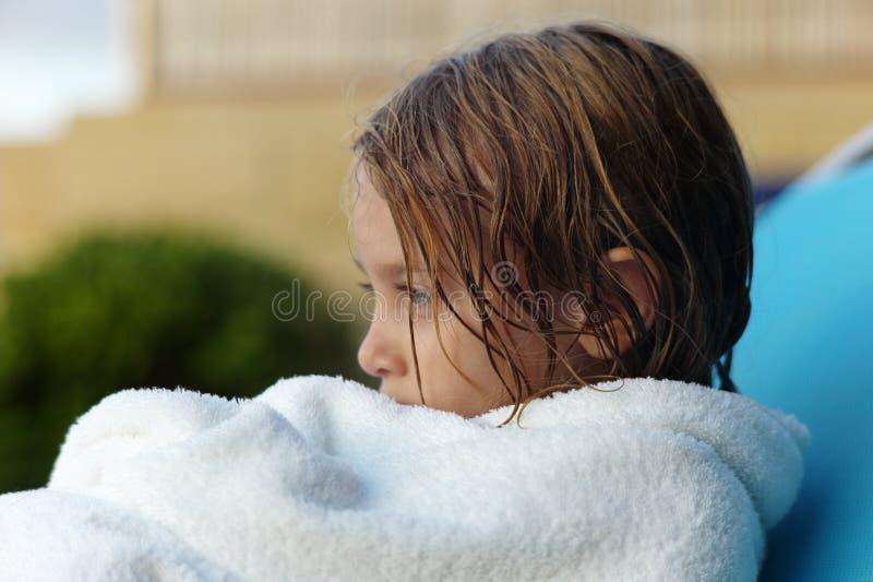 Asciugandosi fuori dopo una nuotata immagine stock
