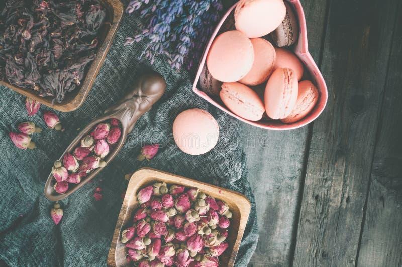 Asciughi i germogli rosa per tè e secchi e secchi in zucchero dell'ibisco Tè cinese dal Yunnan Bi Lo Chun Copi lo spazio Fuoco se immagini stock libere da diritti