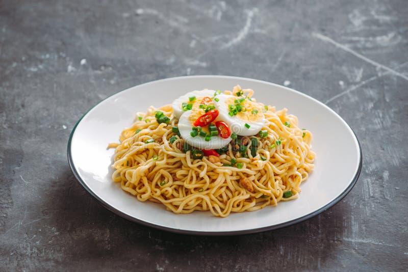 Asciughi la tagliatella istantanea - ramen e verdure asiatici per la minestra fotografia stock