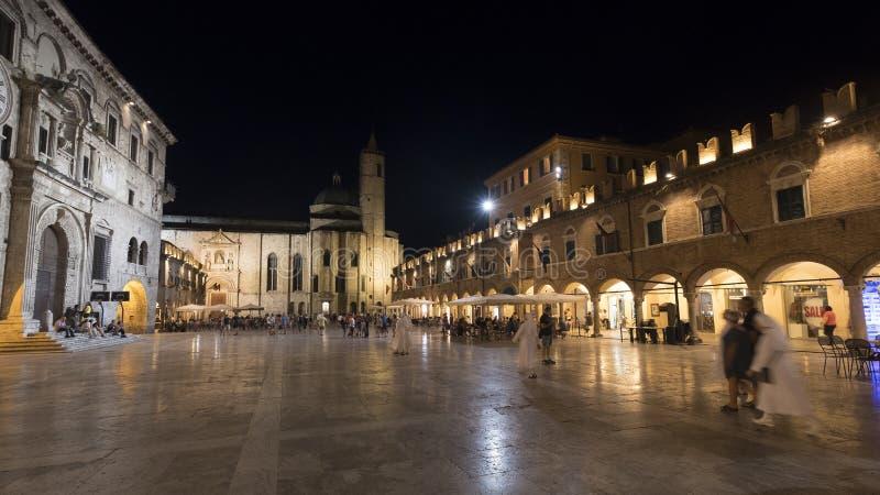 Ascoli Piceno Maszeruje, Włochy, piazza Del Popolo nocą obraz royalty free