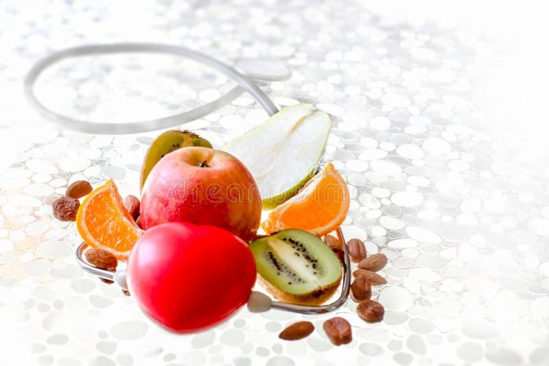 Ascoltando il vostro corpo ed i suoi bisogni ed utilizzare alimento sano nella dieta immagine stock