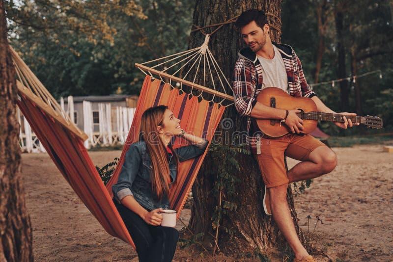 Ascoltando la canzone di amore fotografie stock libere da diritti