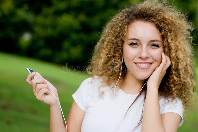 Ascoltando la musica all'esterno fotografia stock libera da diritti
