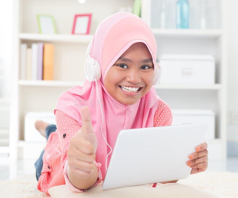 Ascoltare teenager asiatico la musica fotografie stock libere da diritti