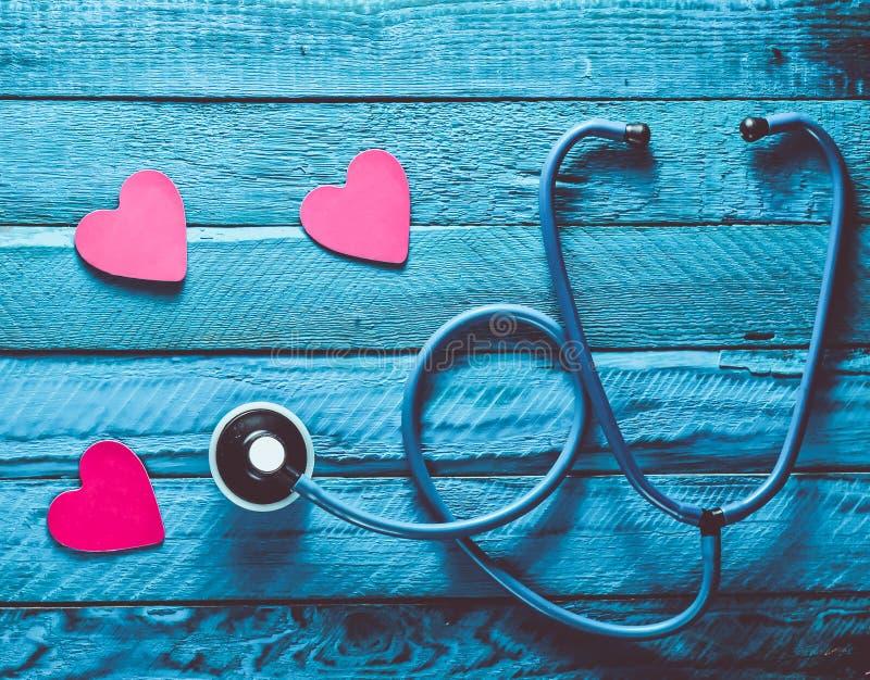 Ascolti il vostro cuore Controllando il cuore per vedere se ci sono malattie Il conce immagine stock libera da diritti