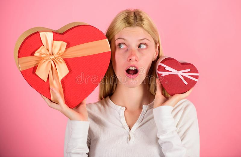 Ascolti il vostro cuore Ragazza decidere quale regalo gradisce di più Grande sorpresa e piccolo regalo Operi la scelta Regalo rom fotografia stock