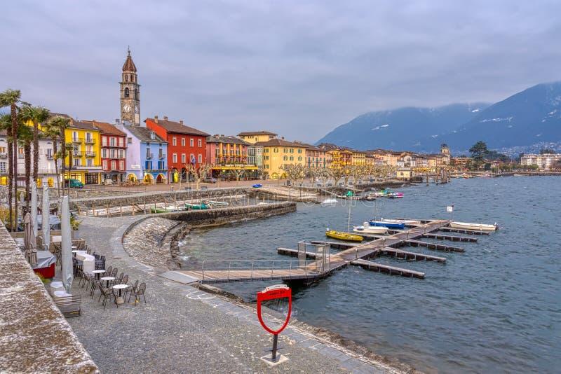 Ascona Città Vecchia e porto sul lago in montagne svizzere delle alpi, Svizzera Lago Maggiore fotografia stock libera da diritti