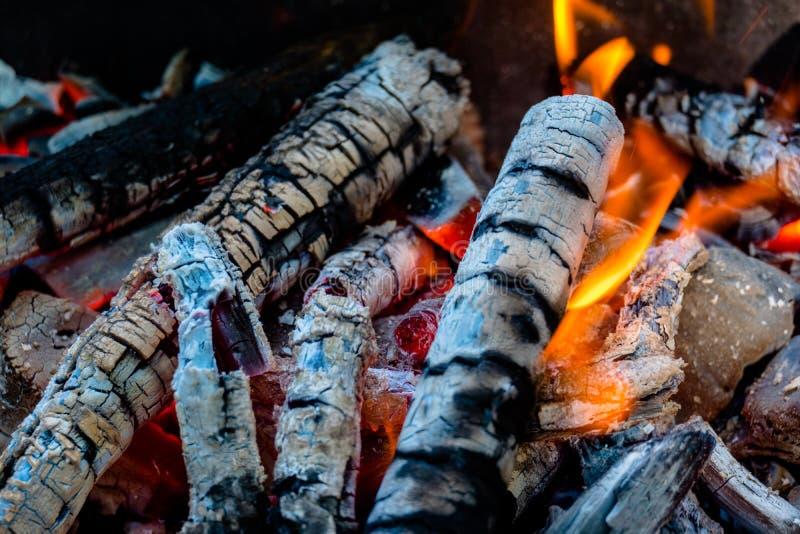 Ascuas activamente que arden del fuego fotos de archivo libres de regalías