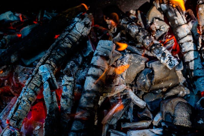 Ascuas activamente que arden del fuego imágenes de archivo libres de regalías