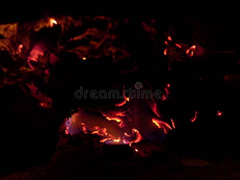 Ascuas de papel ardientes de un fuego 1 imagenes de archivo