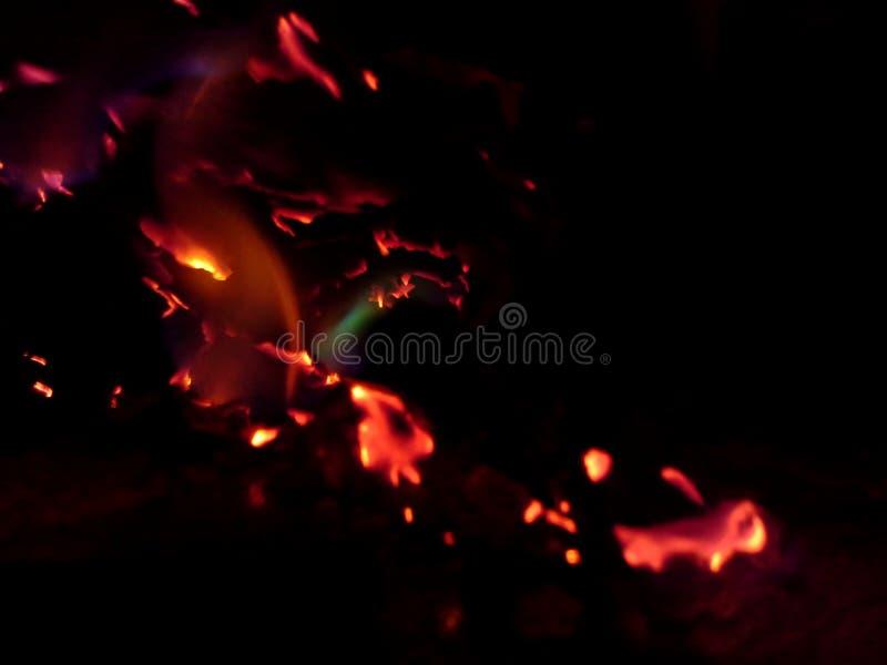 Ascuas de papel ardientes de un fuego 2 imágenes de archivo libres de regalías