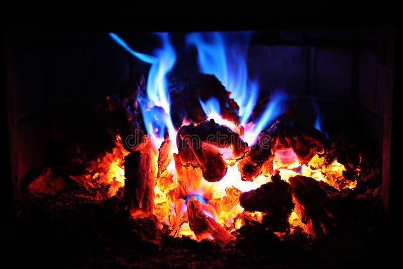 Ascuas del fuego que brillan intensamente en la noche fotografía de archivo