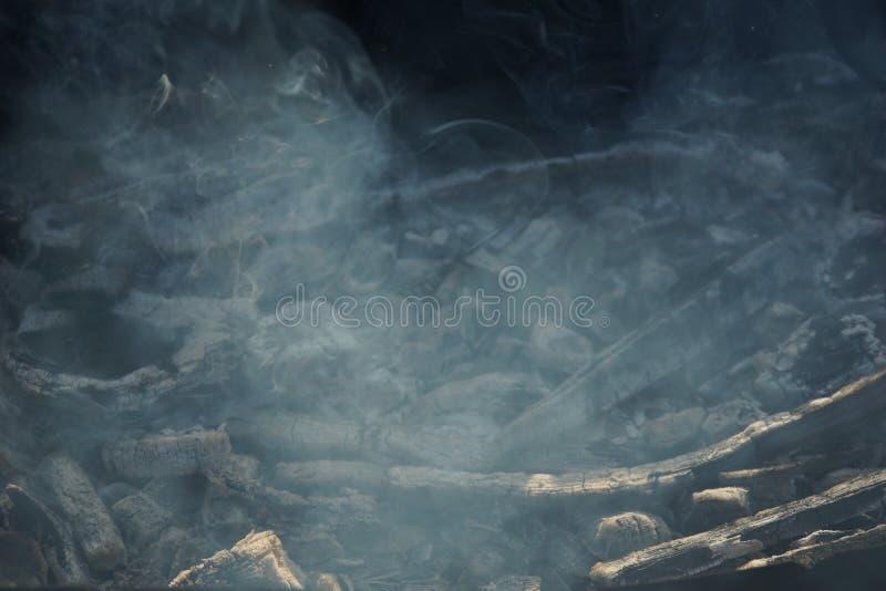 Ascuas del humo a freír en la calle imagen de archivo libre de regalías