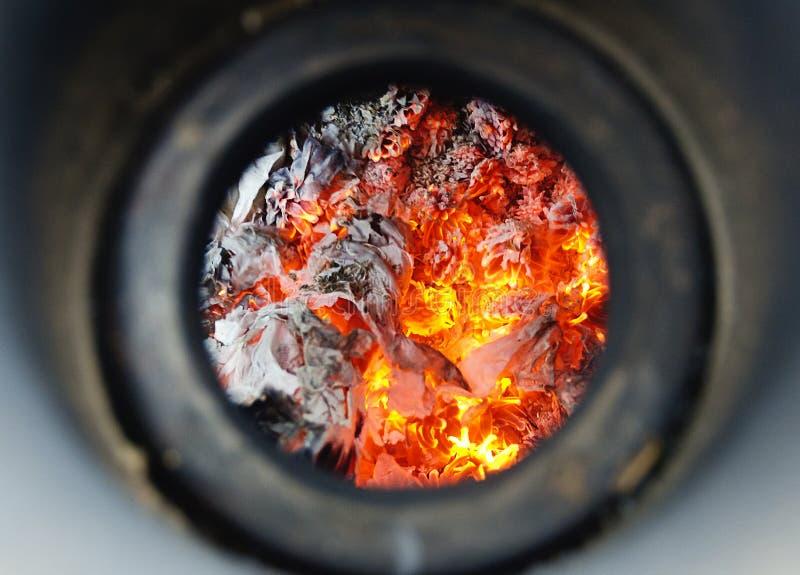 Ascuas en un horno imagenes de archivo