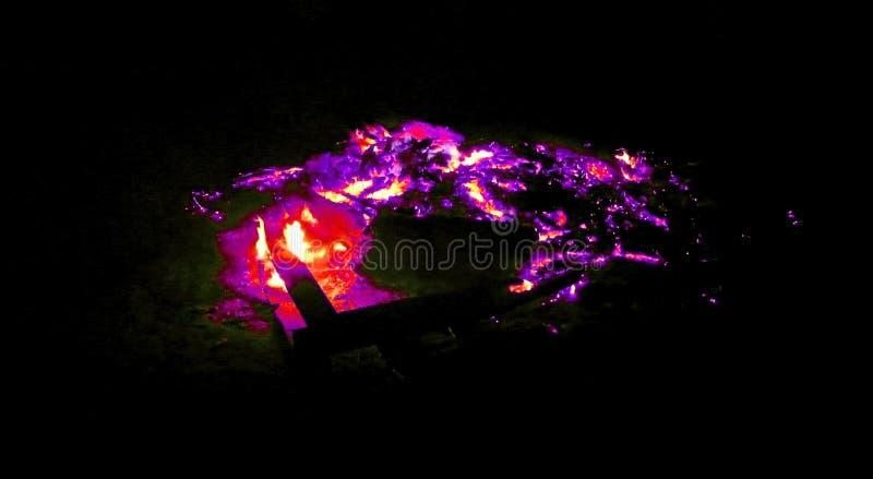 Ascuas que brillan intensamente rojas y púrpuras artísticas fotos de archivo libres de regalías