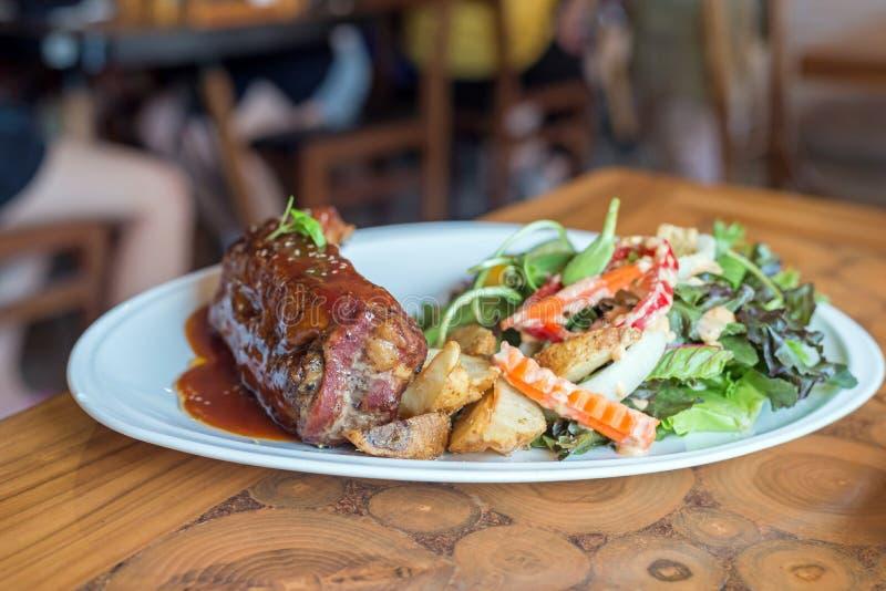 ase a la parilla el filete de las costillas de cerdo servido con las patatas fritas y las verduras imágenes de archivo libres de regalías