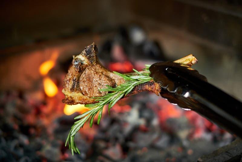 Ase a la parilla los kebabs de la carne de vaca en un jpg caliente de la parrilla imagenes de archivo