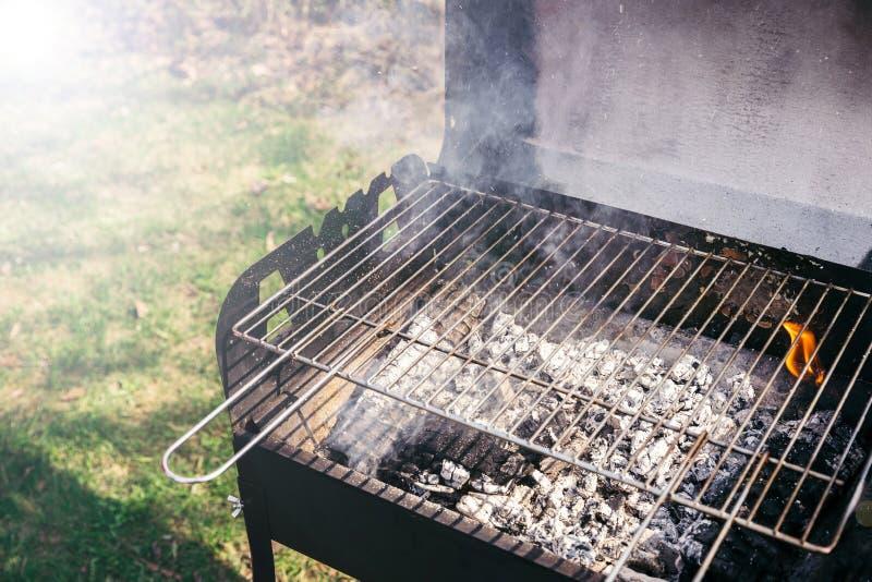 Ase a la parrilla con los carbones ardientes listos para la barbacoa al aire libre fotografía de archivo